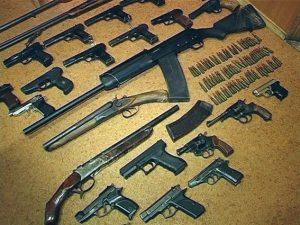 Запорожцы приносят в полицию «травматы», револьверы, гранаты и мины