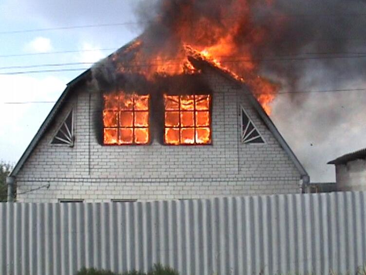 В Запорожье пожар уничтожил крышу дома