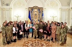 Запорожские женщины–военные рассказали начальнику Генштаба Украины о проблемах своего подразделения
