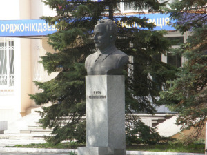Первый пошел: В Запорожье демонтировали бюст Орджоникидзе