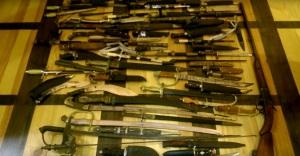 Запорожский контрабандист переправлял в Москву старинные ножи поездом