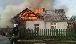 На Запорожье горела балка – огонь перекинулся на жилой дом