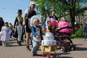 Повара, архитекторы, строители, копы: В Запорожье прошел парад колясок