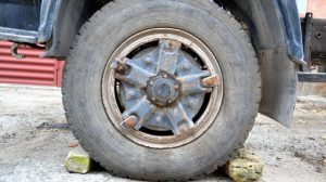 На одном из запорожских предприятий водитель травмировался, меняя колесо на
