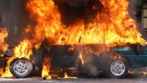 На одной из стоянок в Запорожской области неизвестный поджог три автомобиля