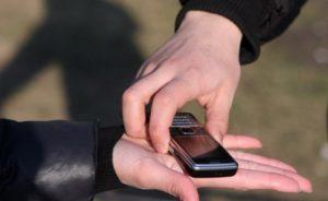 В Бердянске средь бела дня грабители с ножом напали на 15-летнего парня