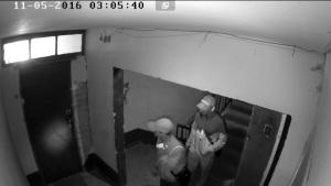 В Запорожье домушники пытались вскрыть квартиру - злоумышленников засняла камера