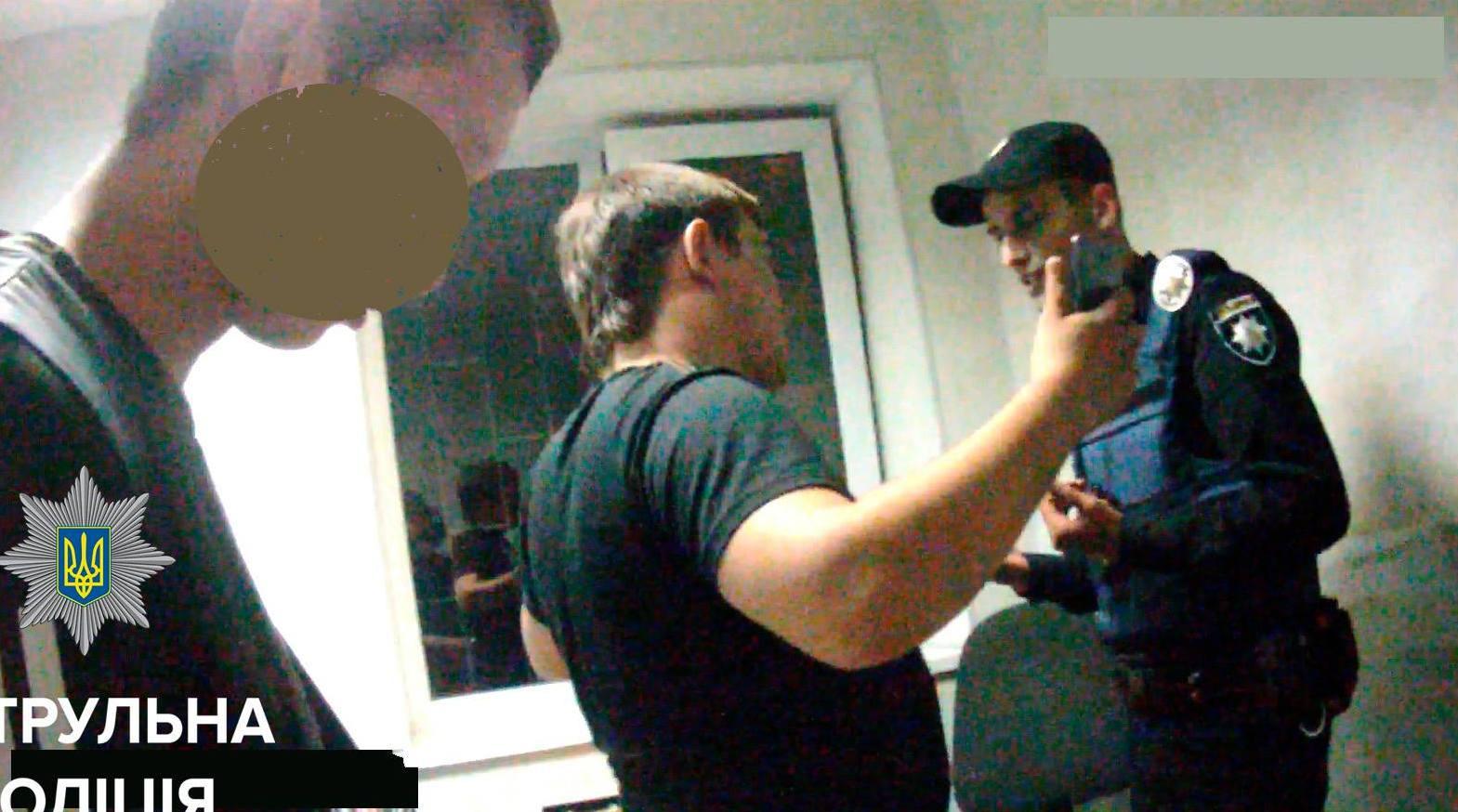 Запорожский активист, который придирался к работе копов, избил человека