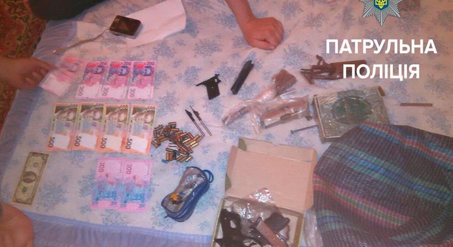 Запорожанка отомстила мужу-обидчику, рассказав копам про оружие и фальшивые деньги - фото
