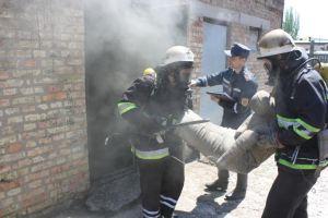 В Бердянске бойцы ГСЧС учились тушить пожары