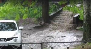 В Запорожье затяжной ливень затопил целую улицу - видео