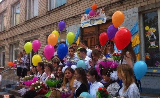 «Последний звонок» сегодня прозвенел для 156 тыс школьников Запорожской области - фото, видео