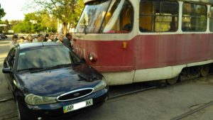 В центре Запорожья трамвай протаранил Форд