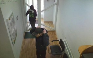 В полиции рассказали, какую сумму унесли грабители из кредитного центра на Космосе – фото нападавших