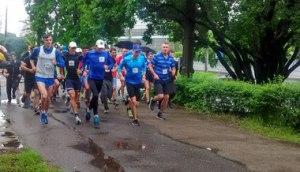 Дождь не помешал запорожцам собраться на массовую зарядку и пробежать марафон