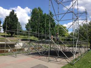 На каскаде фонтанов «Радуга» начали монтаж фан-зоны Евро-2016 – ФОТОРЕПОРТАЖ
