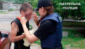 В Запорожье патрульные помогли парню, который сильно пострадал при падении с велосипеда