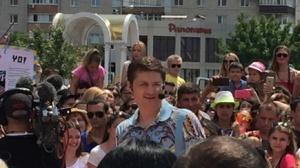 «Караоке на Майдане» в Бердянске: Из-за аншлага люди забирались на крыши и билборды - ФОТО