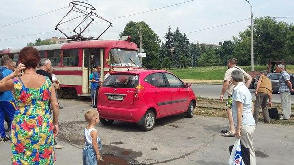 В центре Запорожья блондинка на иномарке парализовала движение трамваев