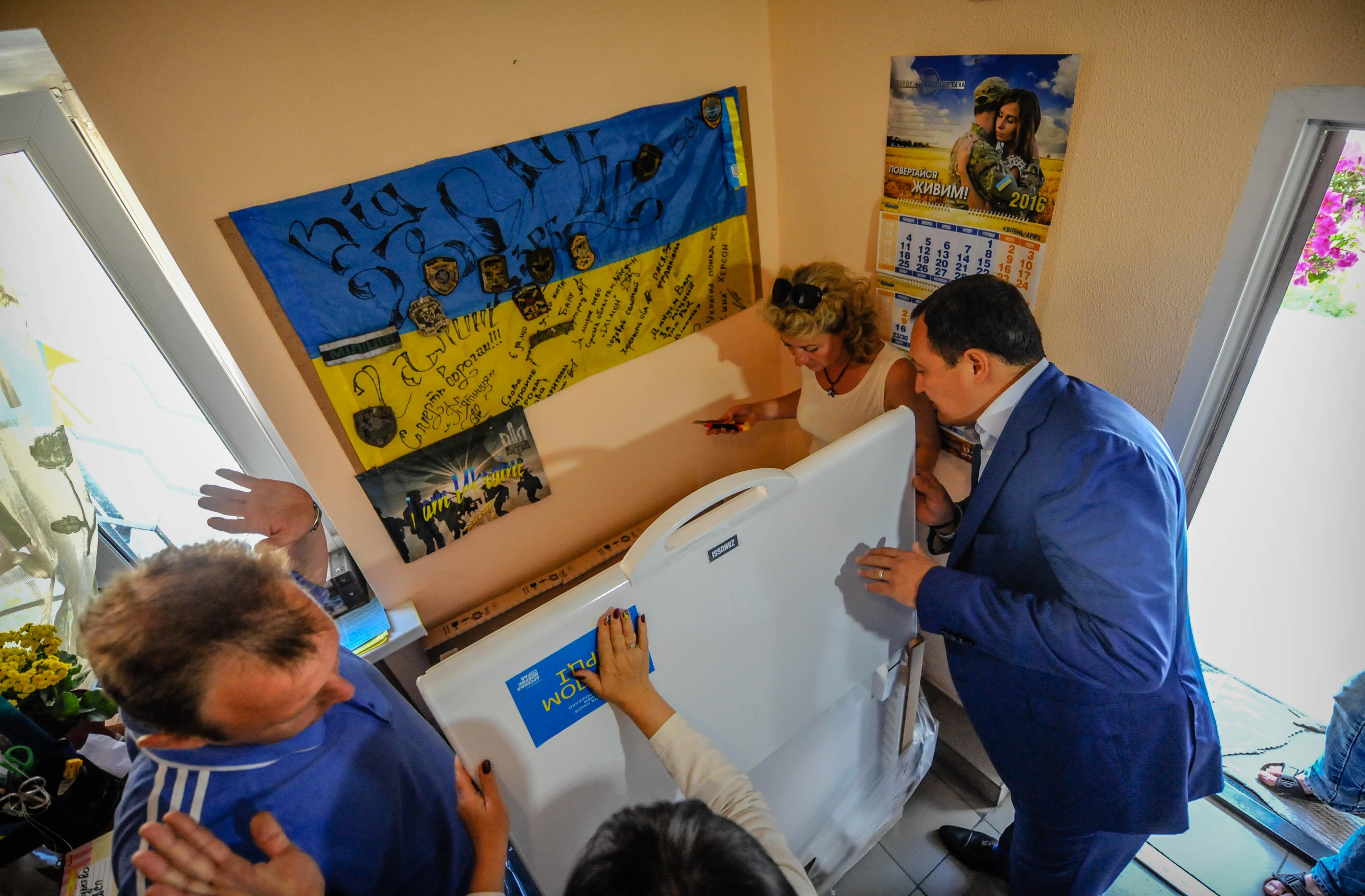 Супруга президента передала запорожскому центру «Солдатский привал» морозильную камеру