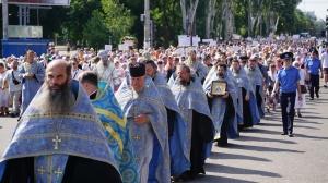 По главному проспекту Запорожья около двух тысяч православных запорожцев прошли крестным ходом
