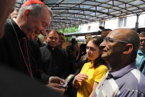 Госсекретарь Ватикана Паролин пообщался с переселенцами и передал благословение от Папы Римского