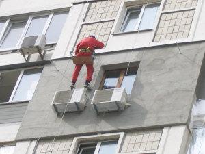 В Запорожье во время выполнения высотных работ с 8 этажа упала молодая женщина