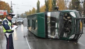 В Мелитополе легковушка протаранила маршрутку - микроавтобус перевернулся