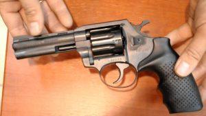 В Запорожской области 6-летней девочке прострелили дома живот