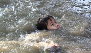В Бердянске разыскивают спасателя 5-летнего мальчика, едва не утонувшего на стихийном пляже
