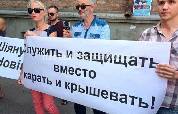 Жители Бердянска пикетируют городской отдел полиции