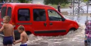 Жители Энергодара опубликовали кадры потопа: Машины ушли под воду по капот