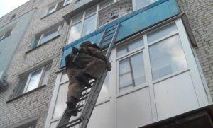 В Запорожской области маленькие дети закрылись в квартире, пока их мать спускала коляску на улицу