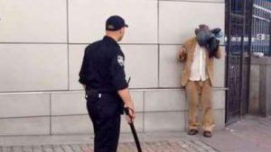 Патрульный полицейский избил задержанного: Новые подробности и полное видео