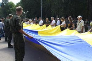 В Запорожье развернули самый большой в регионе флаг Украины - ФОТО