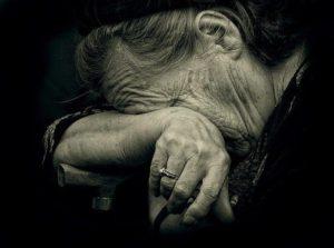 В Запорожье на улице средь бела дня напали на пожилую женщину