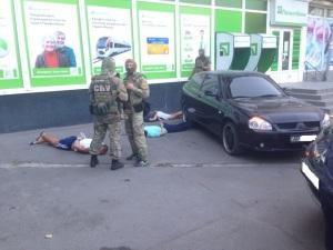 Правоохранители задержали банду, которая вымогала деньги у жителя Запорожья