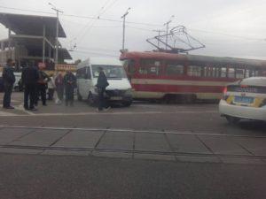 В Запорожье трамвай врезался в маршрутку с пассажирами (фото)