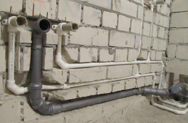 Жильцы просят заменить трубу в подъезде, но их полгода никто не слышит