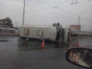 В Запорожье перевернулась маршрутка с пассажирами (фото)
