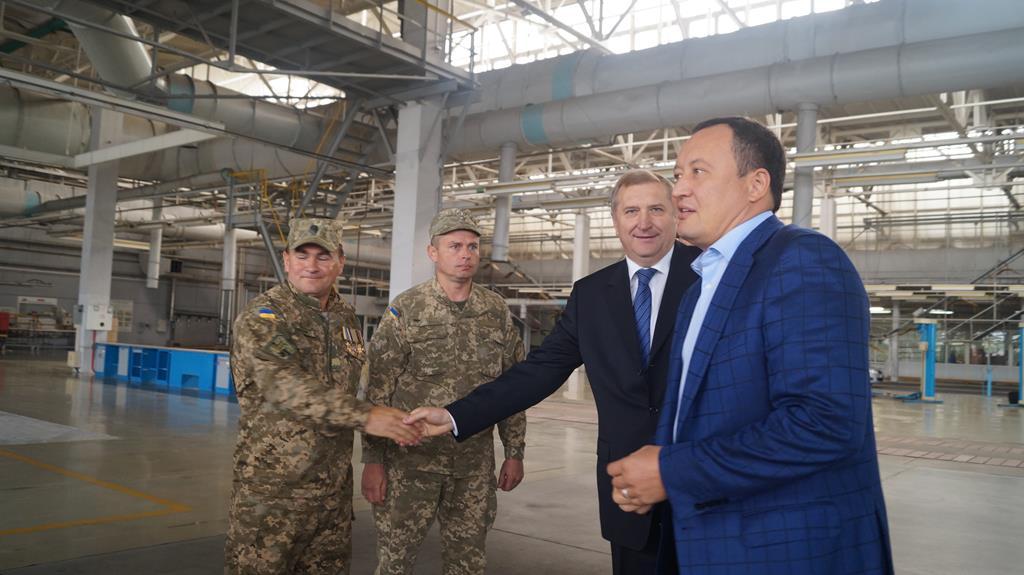 Константин Брыль передал военным ключи от восстановленного КрАЗа