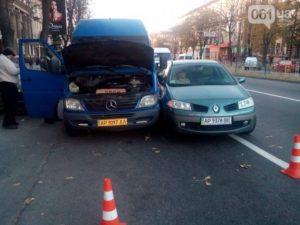 В Запорожье в маршрутку врезался автомобиль - ФОТО