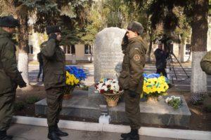 В Запорожье установили памятный знак погибшим нацгвардейцам - фото