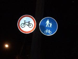 Коммунальщики так спешили открыть дорогу, что установили несовместимые дорожные знаки