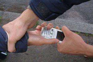 Лжеполицейский отобрал у подростков телефоны