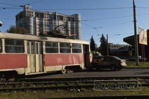 В Запорожье автомобиль врезался в трамвай - ФОТО