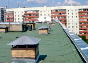 После полумиллионного ремонта в запорожской многоэтажке продолжает протекать крыша
