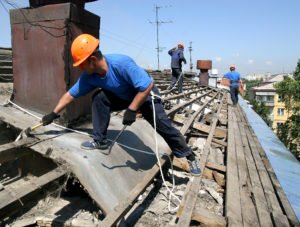 На ремонте крыш запорожских домов коммунальщики украли 178 тысяч гривен