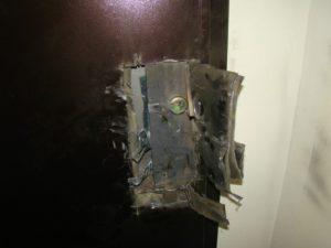 В Бердянске спасатели выломали дверь квартиры ради спасения старушки