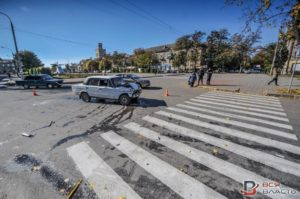 На бульваре Шевченко авто врезалось в маршрутку с пассажирами - ФОТО